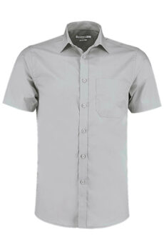 Tailored Fit Poplin Shirt SSL von der Marke Kustom Kit in Light Grey